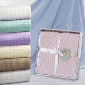 Manta de topitos azul para bebe bordada