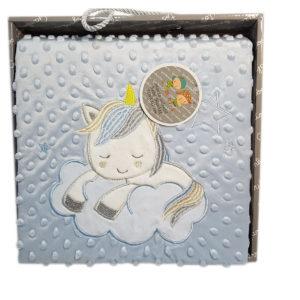 Manta bebé con topitos y unicornio bordado, suave y cómoda azul